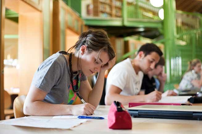 ragazzi che studiano