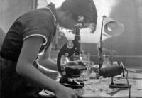 Rosalind Elsie Franklin in un laboratorio di Londra