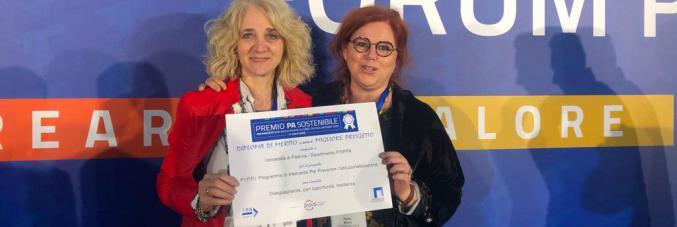 Chiara Voutcinitch e Paola Milani (FiSPPA) ritirano il Premio PA sostenibile conferito al progetto P.I.P.P.I.