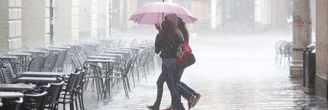 ragazze sotto la pioggia