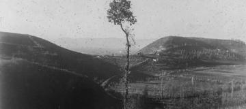 Forcella tra monte Viale e M. Sereo, il piano di Bastia, e in fondo i Berici, in uno scatto degli anni '20, custodito al Museo di Geografia